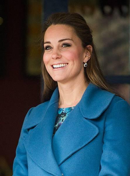 Kate-Middleton-Visits-Pottery-Factory-6-695x940.jpg