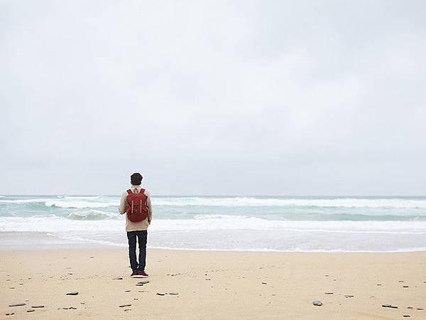 547ce9b72a3d21fa285cb86a_solo-travel-man-on-beach.jpg