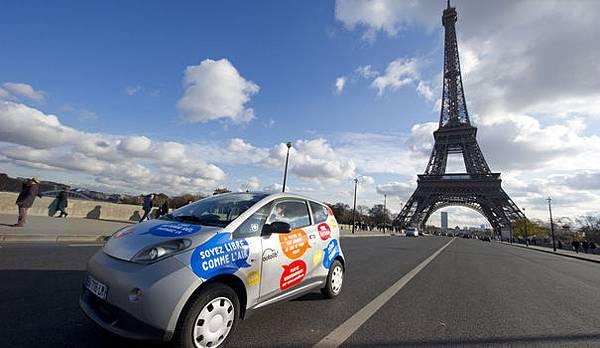 93918_a-paris-autolib-electric-car-drives-next-to-the-eiffel-tower-during-a-presentation-ride-in-paris.jpg