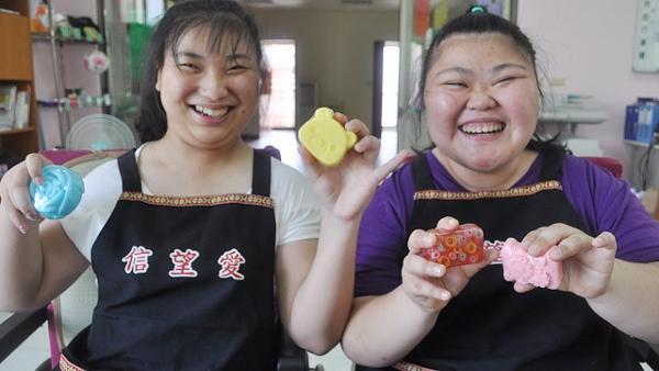 信望愛文稿二-小欣(左)展示手工皂成品 (600x338).jpg