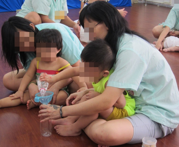 03-本會辦理之攜子入監團體,透過課程,讓媽媽學習在平常生活中就可透過簡單的物品與動作來訓練寶寶肌肉發展 (600x495).jpg