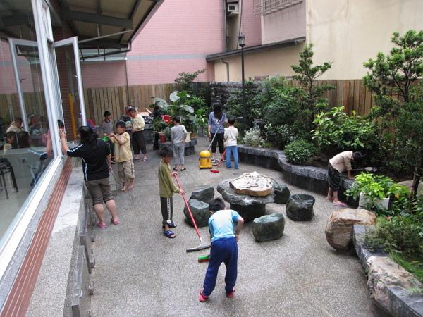 01-我們定期清潔慈馨家,同時也培養家務與自立能力。600.jpg