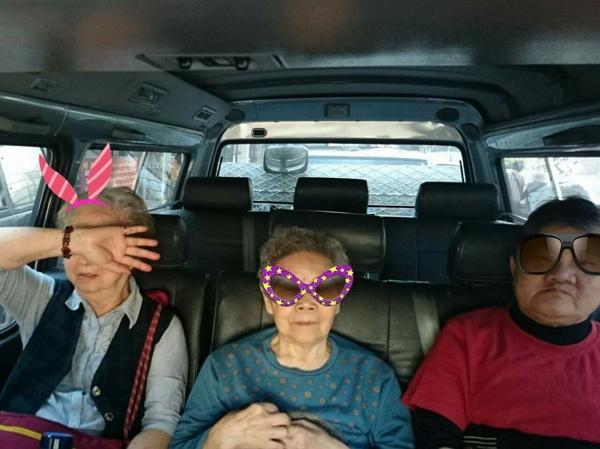 在車上小小的空間裡,與長輩互動距離更近,相對得到的驚喜也更多。-600.jpg