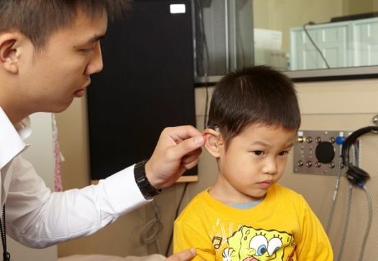 聽力師張晏銘幫聽損兒童進行聽力檢查.jpg