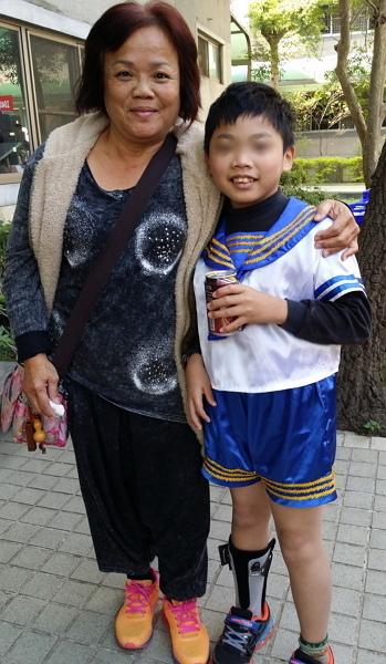 小任跟敬愛的外婆合照-600.jpg