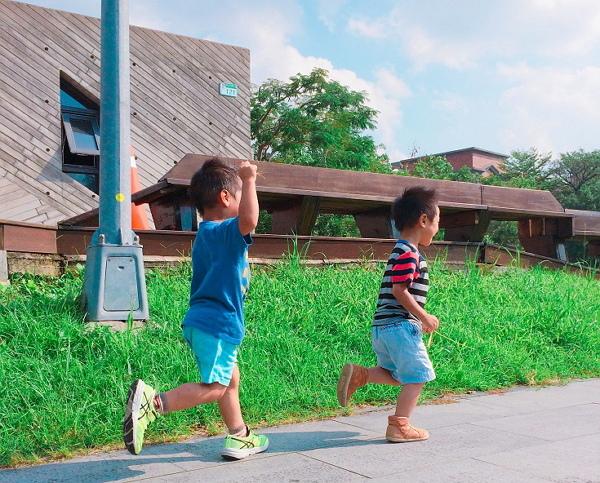 圖1-追逐家的孩子-600.jpg