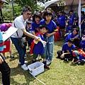 600-1017弘毓基金會-身障兒童透過志工及家人的鼓勵投出漂亮的一球,讓家人非常感動!.jpg