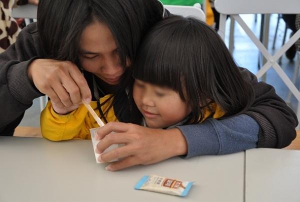 600-2小瑄與媽媽一起體驗製作精油.jpg