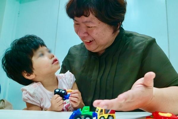 600-上課過程中,彤彤試著用眼神及簡單的動作回應老師.jpg