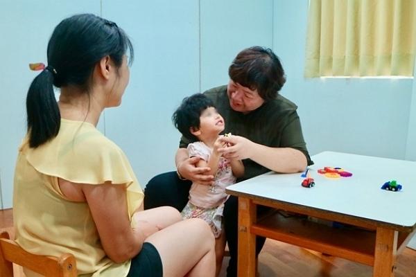 600-彤彤在媽媽與老師的耐心陪伴下,認真學習.jpg