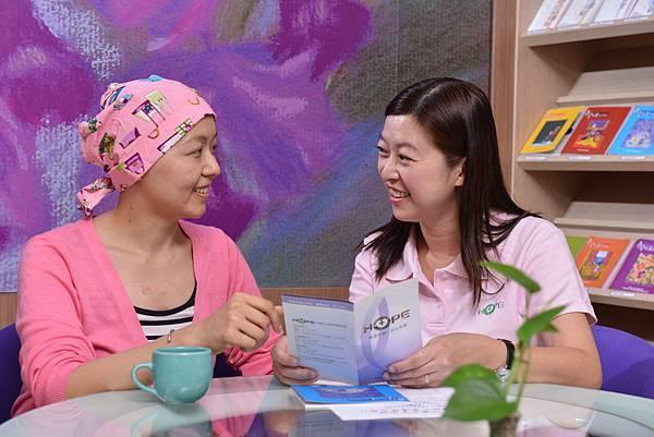 基金會提供護理、社工等專業人員提供一對一諮詢服務,安定癌友惶恐的心、安心抗癌.jpg