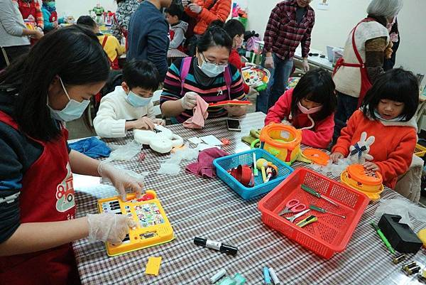 A2 大大小小的志工們一起清潔、整理、和測試玩具.jpg