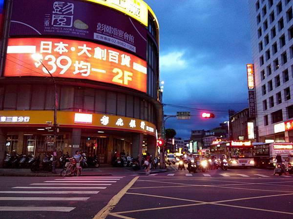2014-06-18 18.43.03三重正義北龍門路口.jpg
