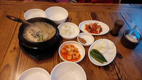 釜山 人參雞湯 (裡頭有點米飯吃起來不太習慣XD)