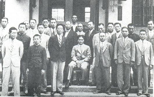 朱昭陽先生(中坐者)擔任日本專賣局高崎支局長時與同儕合影,在日本人普遍鄙視台灣人的當時,朱先生能當上日本官員的主管,實屬不易。