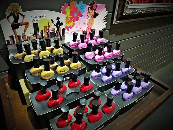 柏汀妮蔻優雅的環境,著名的商品使用,(忠孝復興站3號出口),指甲上色保養選用的是知名品牌。