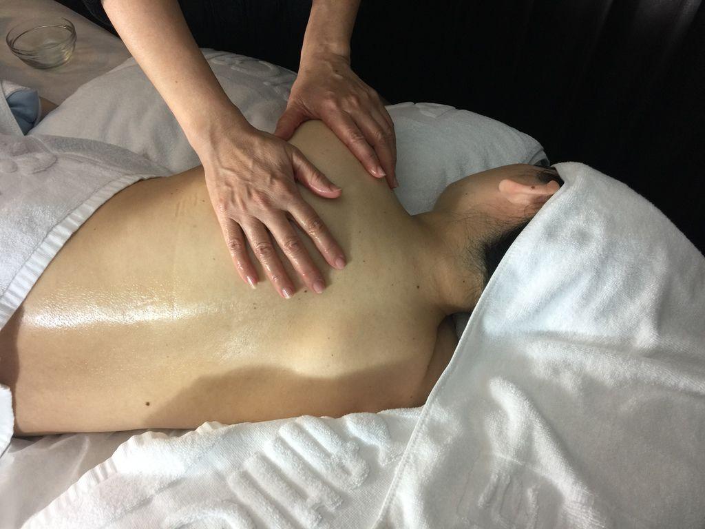 台北孕婦按摩按摩心靈漫步SPA 台北會館 提供孕婦按摩,讓孕婦可以透過孕婦按摩緩解懷孕過程的不適  選用植物天然精油價 滴滴精萃滋潤肌膚,