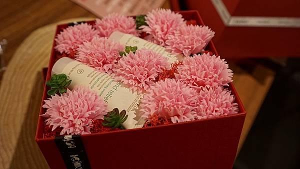 心靈漫步台中金典-母親節花禮(AVEDA產品及永恆香皂康乃馨花