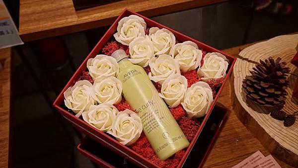 心靈漫步台中金典-母親節花禮(AVEDA產品及永恆香皂玫瑰花