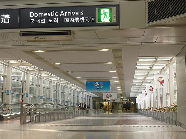 連接機場與名鐵的長長通道