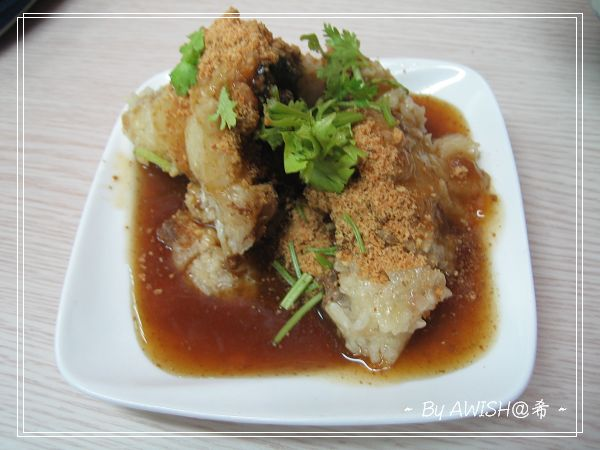 [笑彌勒] 這是NT30元的「花生粽子」,灑上花生粉的南部粽,糯米很Q很好吃!