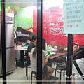 [笑彌勒] 店裡的用餐區,是全新裝潢,有六張四人位的小桌子,三人同坐會小擠。