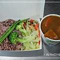 """[大禾] 外帶的""""野菇時蔬咖哩燴飯"""",NT80元 (以上這幾張都是客人點餐,老闆娘特地讓我拍的...)"""