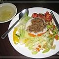 """[大禾] 這是NT50元的""""香菇肉燥飯"""",有五個配菜,白飯上淋上香菇肉燥(加10元就可改五穀雜糧飯喔)"""