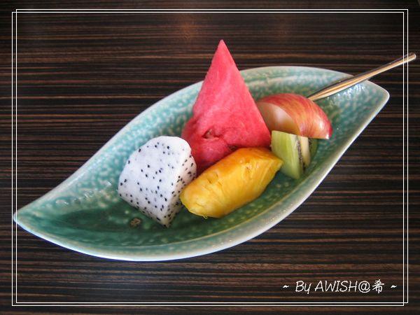 """[寬心園] 套餐的 """"季節水果"""",有鳳梨、西瓜、奇異果、火龍果、蘋果各一塊~~~"""