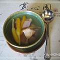 [寬心園] 如意套餐的湯:原盅精緻燉湯,用高湯與金針、芋頭熬煮而成。