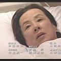 [白夜行] 躺在病床上的唐沢媽媽,苦勸兩人自首不成,選擇靜靜的面對自己的死期...Q_Q