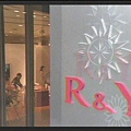 [白夜行] 與高宮離婚後,雪穗將服飾店改名「R&Y」,重新開幕