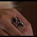 [白夜行] 雪穗為R&Y二號店設計的「太陽戒指」