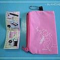 【交響周邊】粉紅口風琴小包背面:有一隻吹口風琴的蒙哥,真是超可愛的啦~~ ^///^