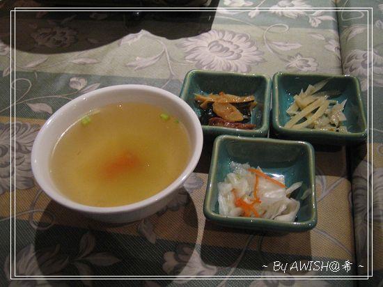 """[韓楓1080] 這是飯類的附湯,與著名三碟""""迷你韓楓小菜"""":高麗菜泡菜、芝麻牛蒡、海帶素肉"""