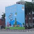 """[照片] 另一邊是:手握著""""UN for TAIWAN""""的球,底下八卦山大佛、高雄地標85大樓前,有台灣人民手牽手"""
