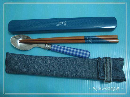 [環保] 再剪下牛仔褲的腰帶扣,縫上開口處的正面,當作扣帶。