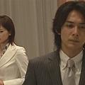 [白夜行] 篠塚在開幕前,拿著留言版的留言質問雪穗。