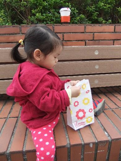 0322-吃白熊甜甜圈01