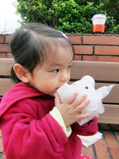 0322-吃白熊甜甜圈04