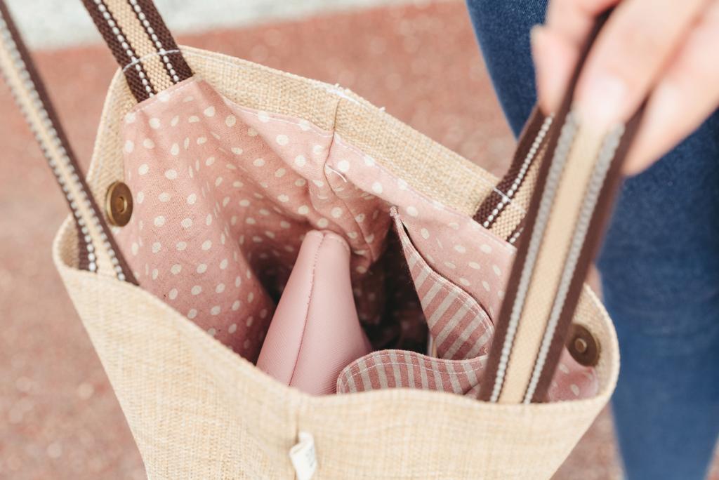 EIQ日系質感系列 純手工環保材質磁扣手提包 哎喔購物網3珂荷莉 blog.jpg