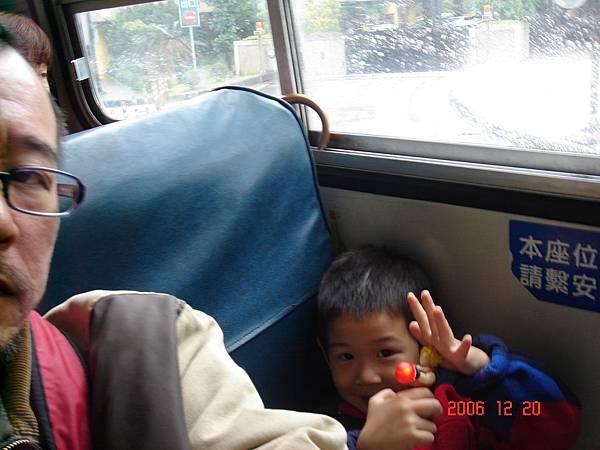 和爸爸一起坐公車