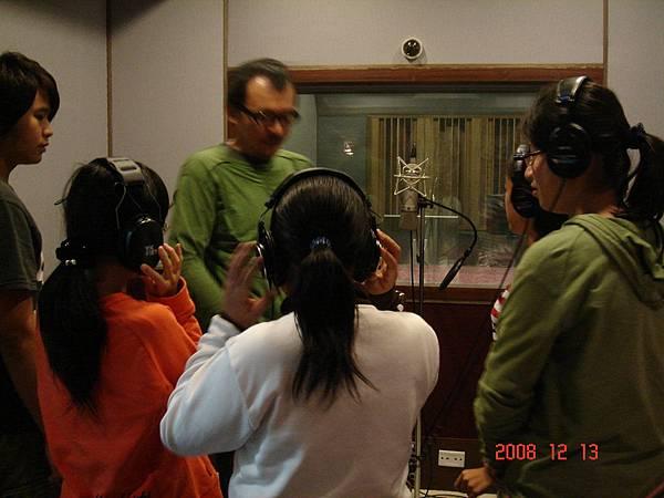 指導康寧國小合唱團的小朋友錄音