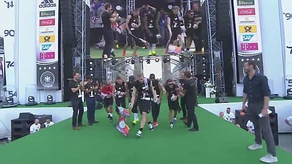 Ankunft und Empfang der Nationalmannschaft[00-00-01].JPG