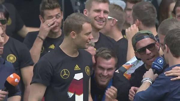 Ankunft und Empfang der Nationalmannschaft[01-07-03].JPG