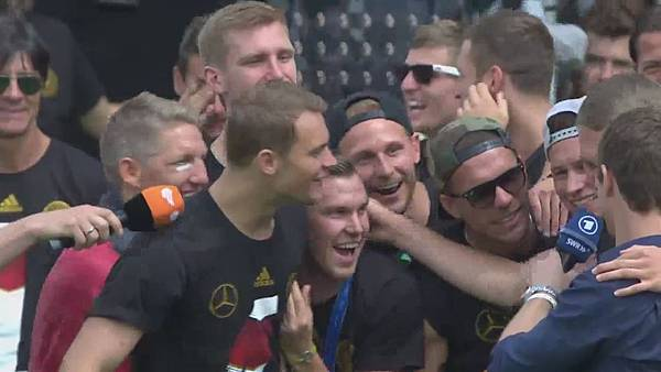 Ankunft und Empfang der Nationalmannschaft[01-07-07].JPG