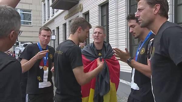 Ankunft und Empfang der Nationalmannschaft[11-17-24].JPG