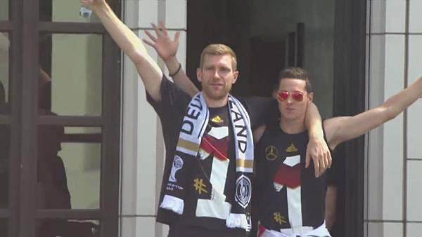 Ankunft und Empfang der Nationalmannschaft[22-54-25].JPG