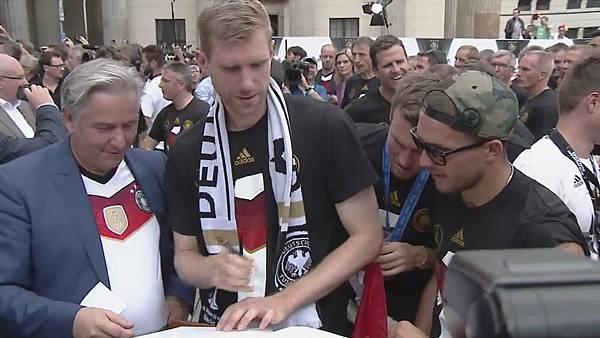 Ankunft und Empfang der Nationalmannschaft[23-03-40].JPG