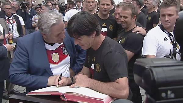 Ankunft und Empfang der Nationalmannschaft[23-05-11].JPG
